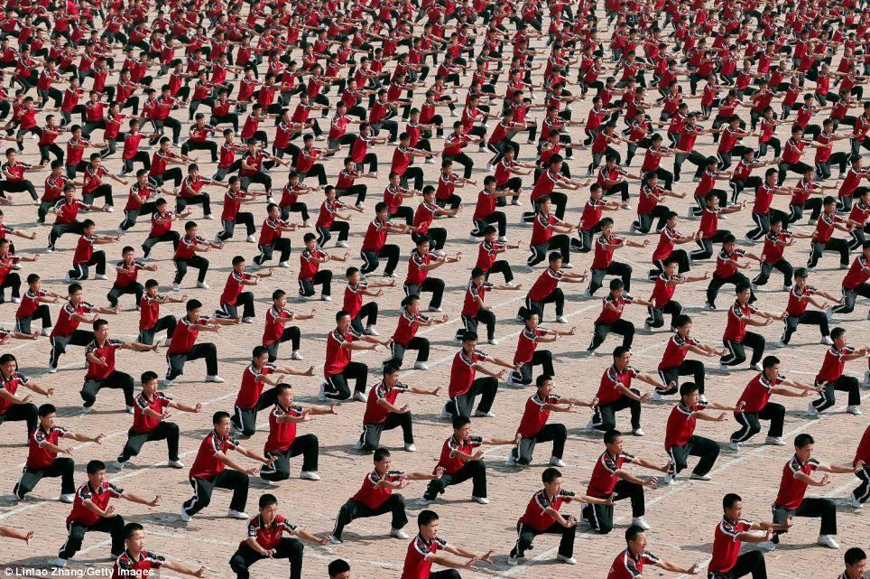 סדר ומשמעת. נערים בבית הספר לאומנויות לחימה, שאולין, סין