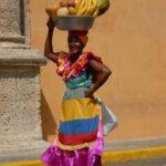 טיול לקולומביה אישה עם פירות
