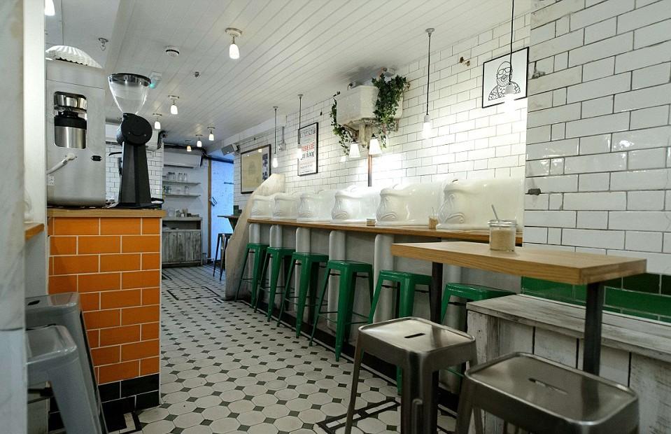 מלצר, לקפה שלי יש ריח מוזר :-). בית קפה מצוין בתוך שרותים, לונדון