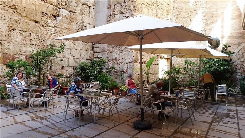 בית קפה מדליק ברובע הגותי בברצלונה, ספרד