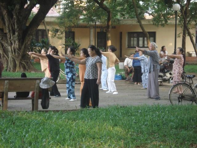 """בגלל זה הם כ""""כ בריאים. טאי צ'י על הבוקר בהאנוי, וייטנאם"""