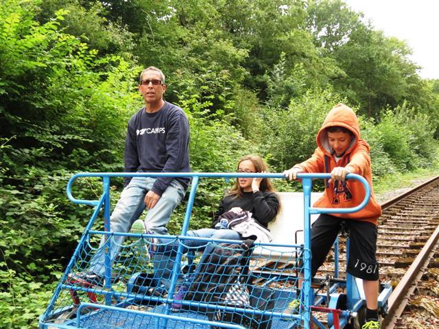 כאן הילדים לא יקטרו. לדווש על מסילת רכבת ישנה, נורמנדי, צרפת
